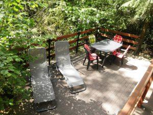 Cranach-Idyll Terasse mit Liegen, Tisch und Stühlen
